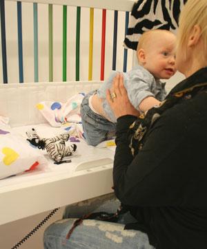 Kom nära ditt barn med elmanövrerad höj- och sänkbar spjälsäng.