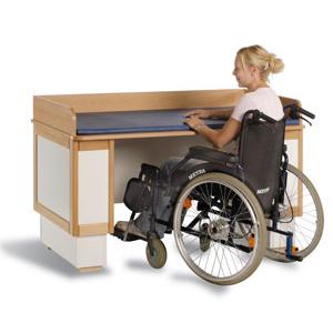 Elektriskt höj och sänkbart skötbord för förälder i rullstol